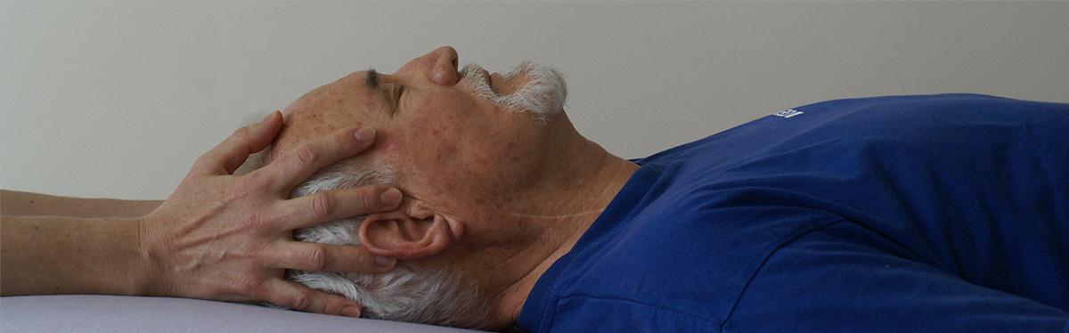 älterer Mensch cranio sacral therapie